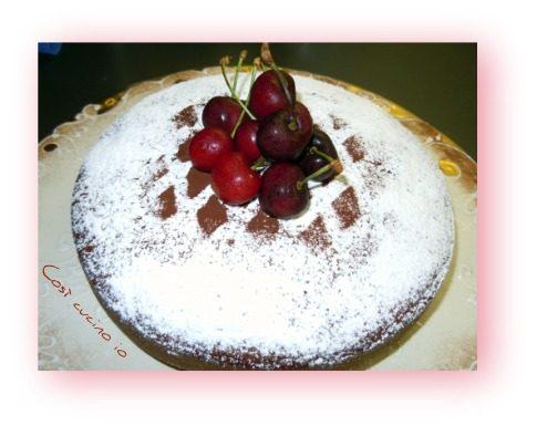 Torta di yogurt con ciliegie e cioccolato