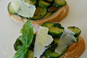 Crostoni zucchine e grana padano profumati alla menta(ricetta finger food)
