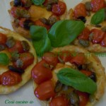 Pizzette di sfoglia con provolina datterini e olive, ricetta finger food