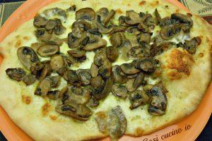 Pizza di kamut con mozzarella di bufala e funghi champignon
