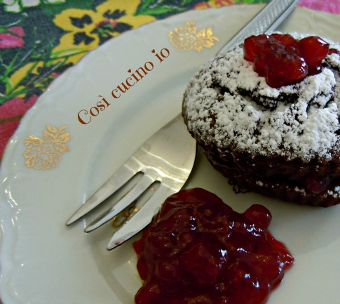 Tortino di cioccolato con marmellata di mirtilli rossi Così cucino io