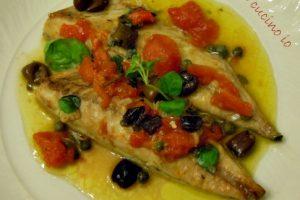 Filetti di sgombro pomodorini olive e capperi (ricetta economica)