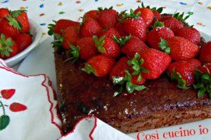 Mattonella di yogurt e cioccolato alle fragole (ricetta semplice)