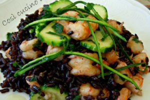 Riso venere gamberi e zucchine, ricetta estiva