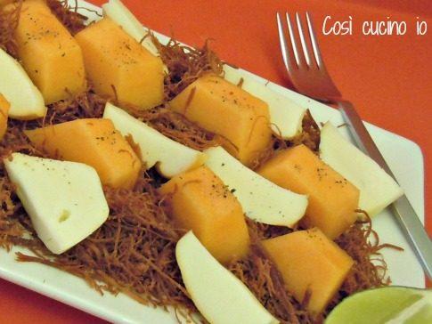 Melone e scamorza su lettino di sfilacci di cavallo, ricetta estiva