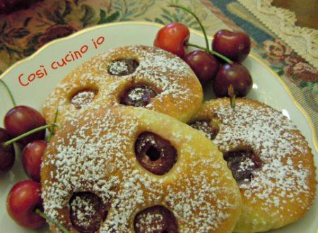 Focaccine alle ciliegie, ricetta dolce ma non troppo