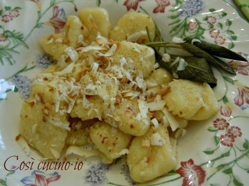 Ricetta Gnocchi Con Ricotta Salata.Gnocchi Di Patate Burro Salvia E Ricotta Affumicata Ricetta Primi Piatti