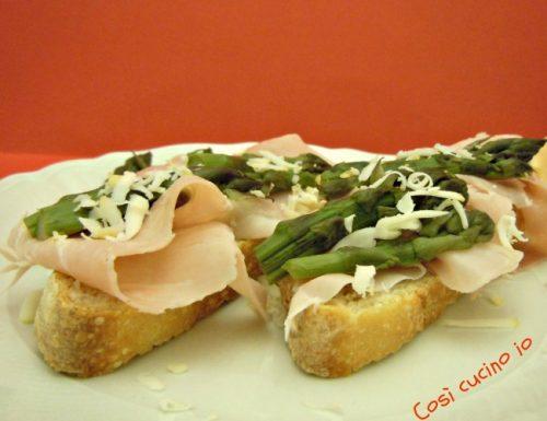 Crostoni al prosciutto cotto ed asparagi, ricetta finger food