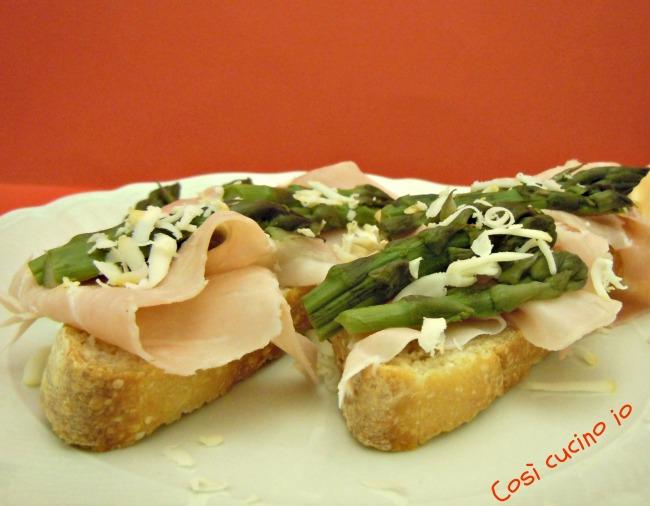 Crostoni al prosciutto e asparagi-Così cucino io