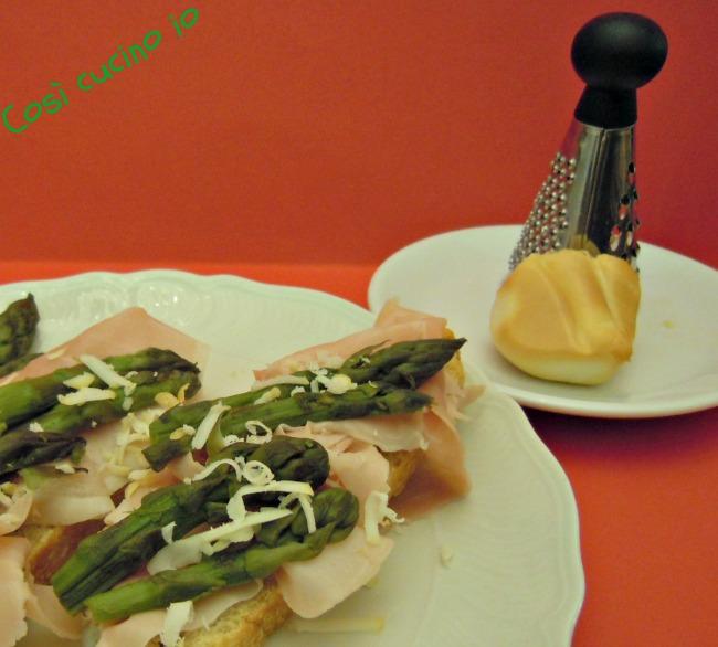 Crostoni asparagi e prosciutto