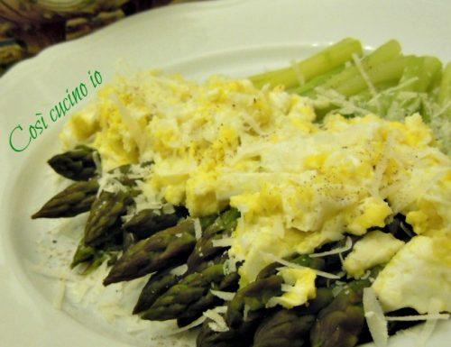 Asparagi al vapore e uova strapazzate, ricetta secondi piatti