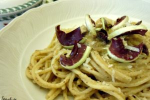 Spaghetti noci e radicchio tardivo in salsa crudaiola