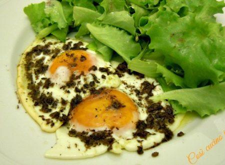Uova all'occhio di bue in salsa di funghi
