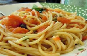 Spaghetti pomodoro fresco olive capperi-Così cucino io
