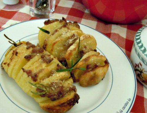 Patate fisarmonica alla salsiccia