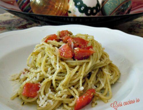 Spaghetti al pesto e pomodoro a crudo, ricetta veloce