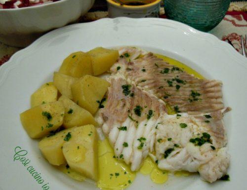 Pesce razza bollito con patate al vapore, ricetta light