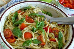 Spaghetti alla chitarra pesto pomodorini e scamorza affumicata
