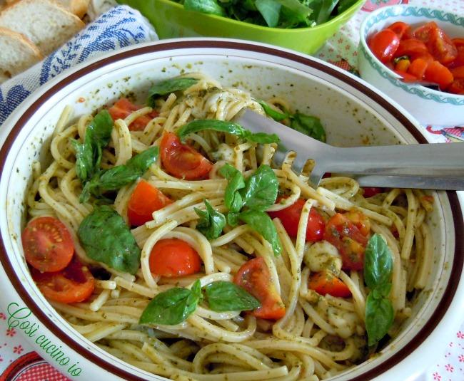 Spaghetti alla chitarra pesto pomodorini e scamorza affumicata - Così cucino io