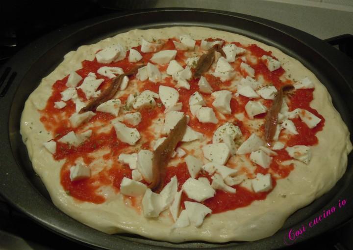 Pizza di kamut radicchio acciughe e funghi pronta per il forno
