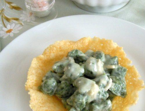 Gnocchetti verdi al gorgonzola su cestino di parmigiano