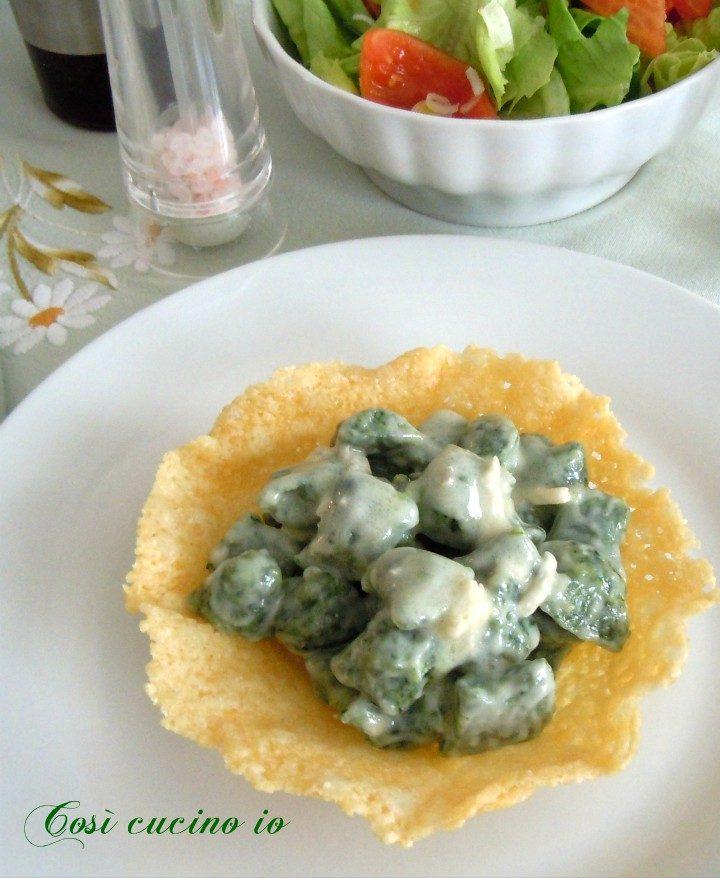 Gnocchetti verdi al gorgonzola su cestino di parmigiano - Così cucino io