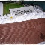 Torta di compleanno per un amante di vini: cassa di legno con bottiglia di spumante
