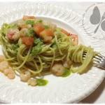 Spaghetti al pesto di rucola con pomodori e gamberetti
