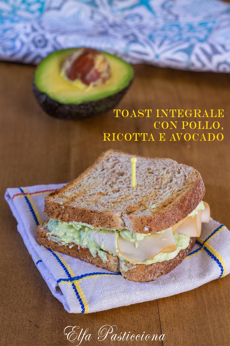 Toast integrale con pollo, ricotta e avocado