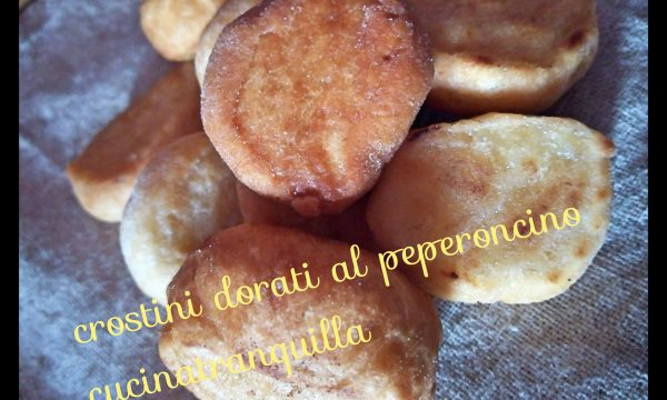Crostini dorati al peperoncino
