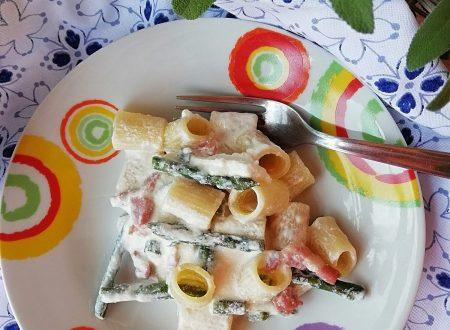 Mezze maniche in crema di ricotta, con asparagi e pancetta