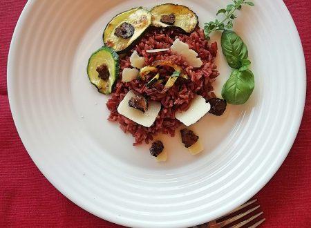Riso rosso integrale con salsa al tartufo, zucchine e scaglie di grana