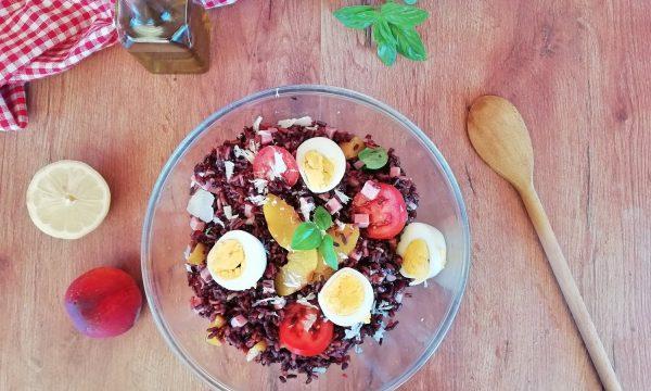 Insalata di riso integrale e di riso nero con pesche grigliate