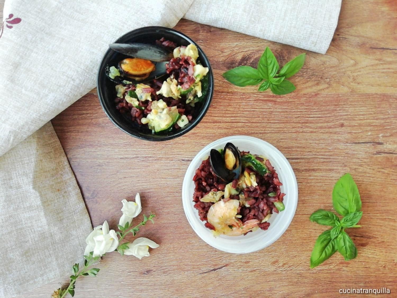 Insalata di riso rosso integrale ai frutti di mare con zucchine