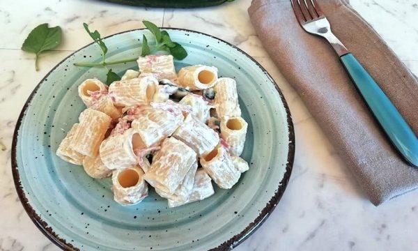 Pasta con crema di ricotta,zucchine e speck