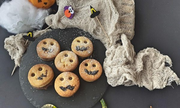 Biscotti fantasma farciti alla nocciola