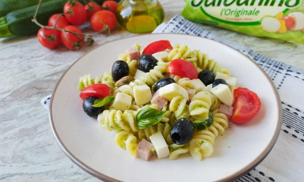 Pasta fredda con pesto di zucchine e pistacchi