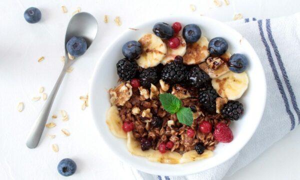 Porridge al cacao con frutta fresca e noci