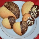 Biscotti al cocco coperti di cioccolato fondente