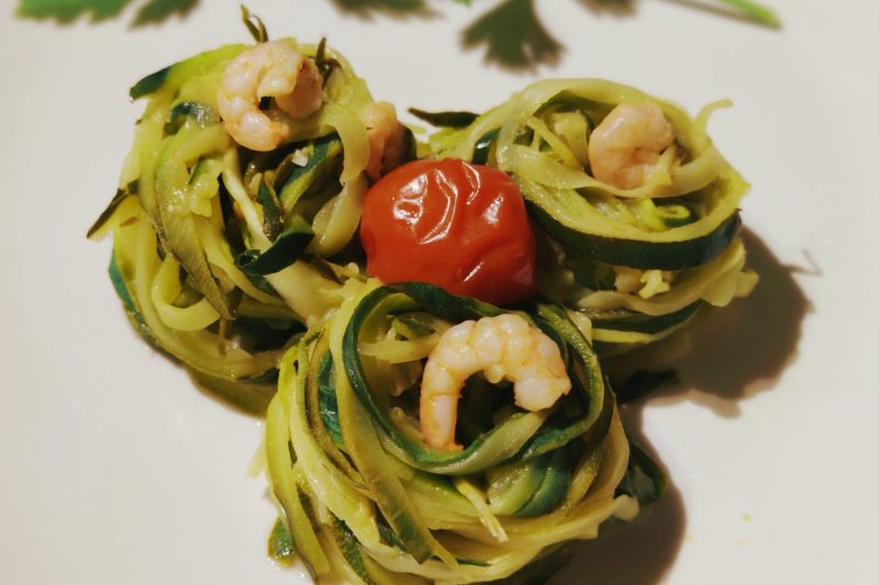 Spaghetti di zucchine con pomodorini e gamberetti