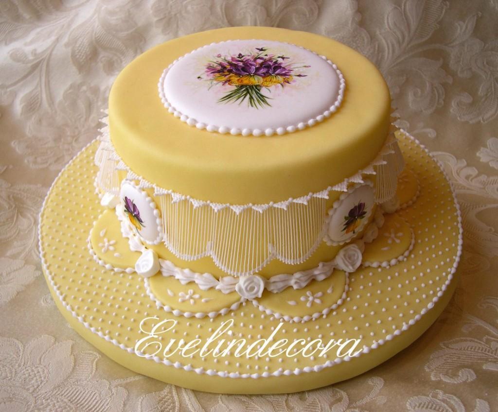 ghiaccia reale :torta di compleanno al cioccolato senza lievito, extensions, cammei dipinti a mano e roselline in ghiaccia reale