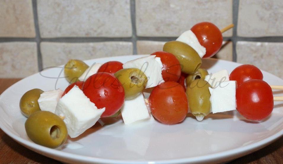 spiedini olive pomodori e mozzarella