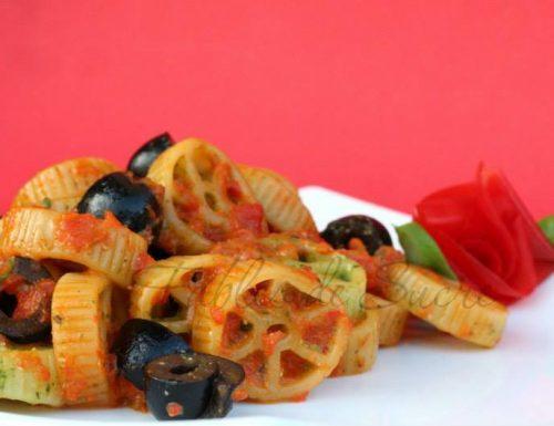 Ruote con pesto, crema di peperoni e olive nere
