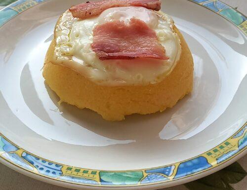 Cupola di polenta con uovo e bacon