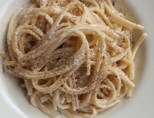 Spaghetti cacio e pepe con panna o solo con pecorino