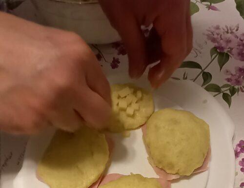 Panini di patate, prosciutto e formaggio