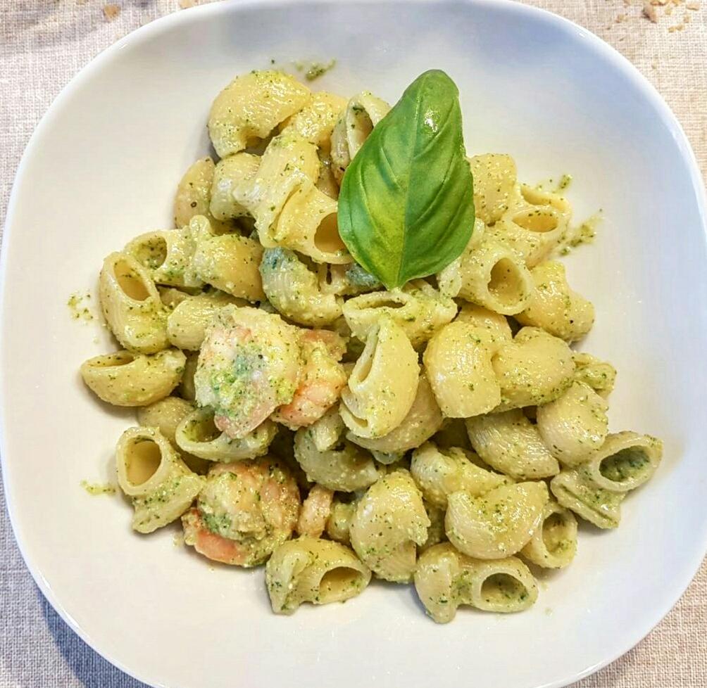 Pasta al pesto di zucchine e gamberi
