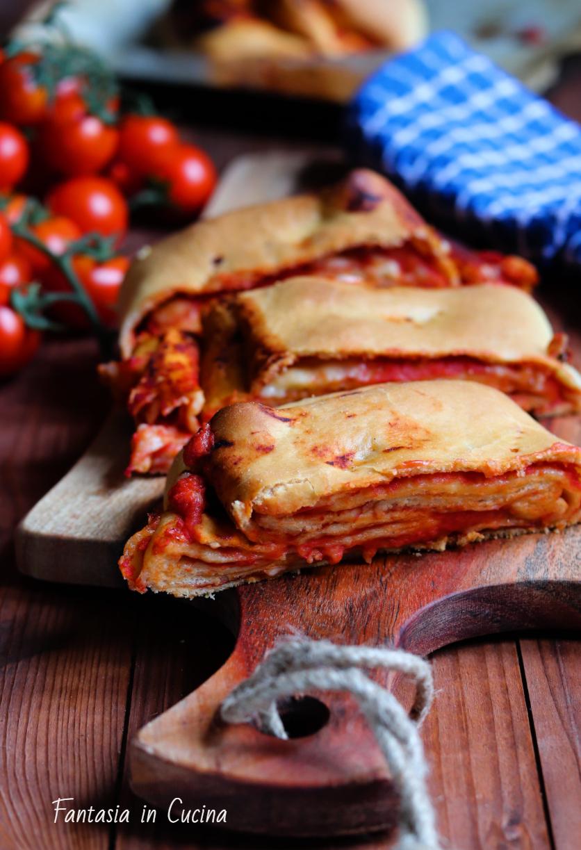 Scaccia con la salsa di pomodoro e formaggio