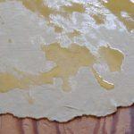 Scaccia con la salsa di pomodoro e formaggio.