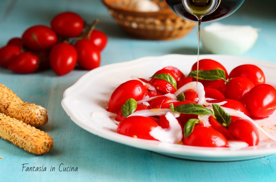 Insalata di pomodori e cipolla bianca